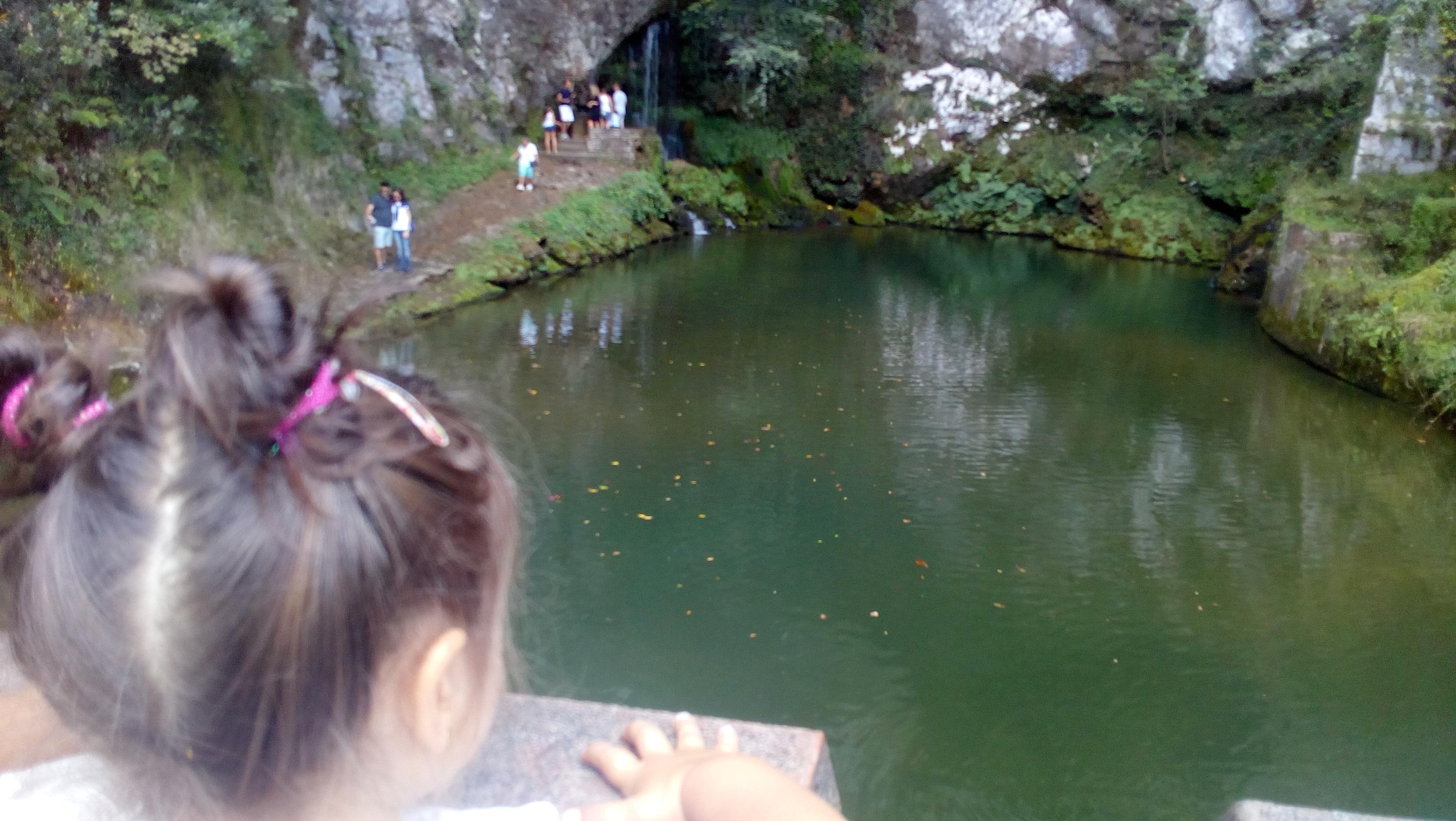 Una niña en el santuario de Covadonga.