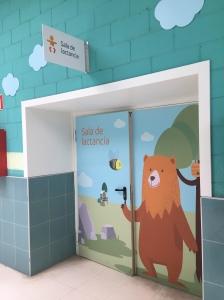 Puerta de la Sala de Lactancia en Intu Asturias zona tiendas