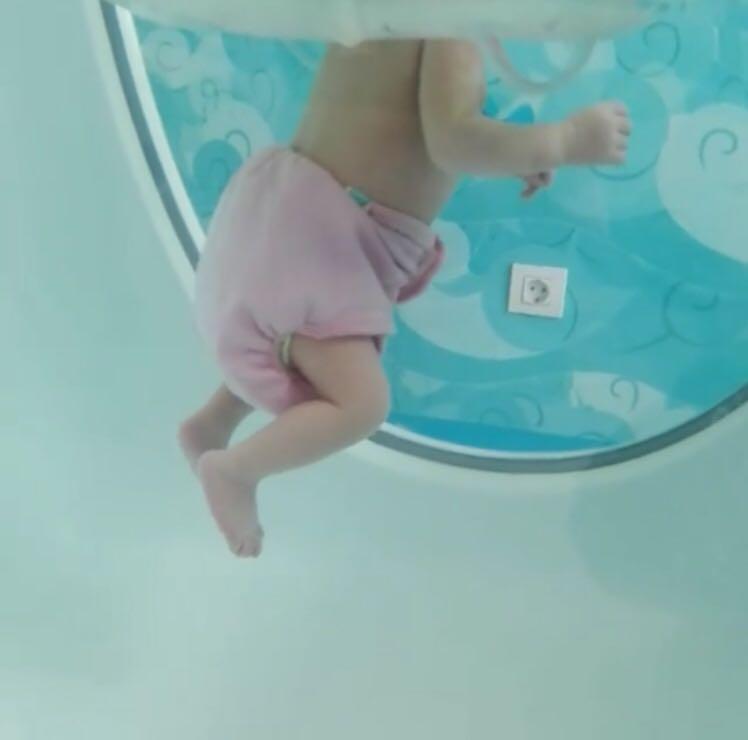 Bebé sumergido en una piscina del BabySpa. Asturias
