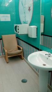 Sillón, microondas y lavabo en la sala de lactancia del centro comercial Los Fresnos.