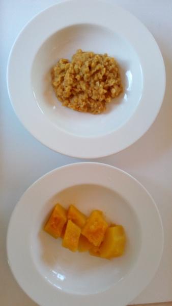 Dos platos con lentejas rojas y calabaza.