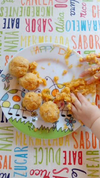 Un bebé disfruta de las bolitas.